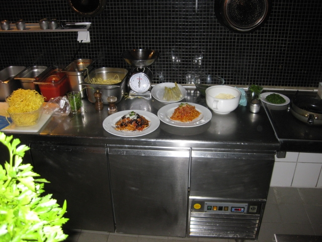 Die Küche direkt hinterm Tresen ...